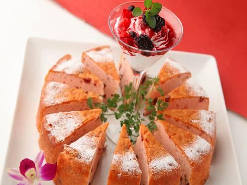 いちごとクランベリーのケーキ